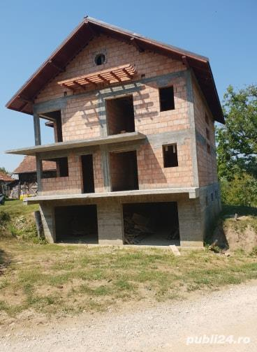 Casa in rosu+anexe+teren de vanzare !