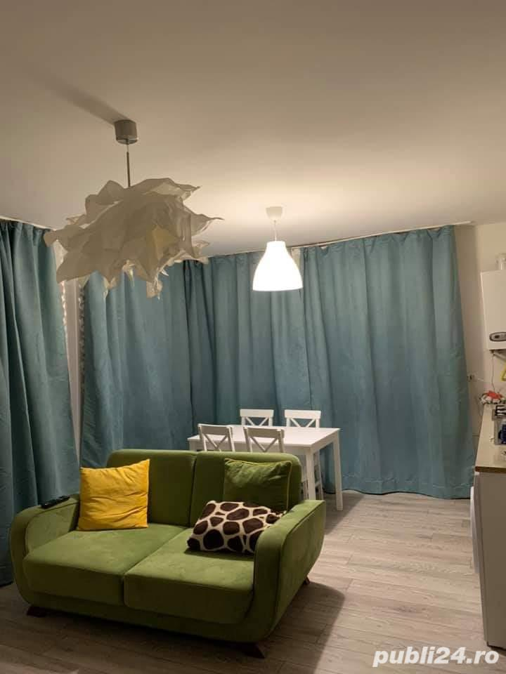 Inchiriez o camera in apartament cu 3 camere si doua bai .